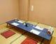 コロナ感染予防対策で間隔を十分明けた個室。透明パネルを設置