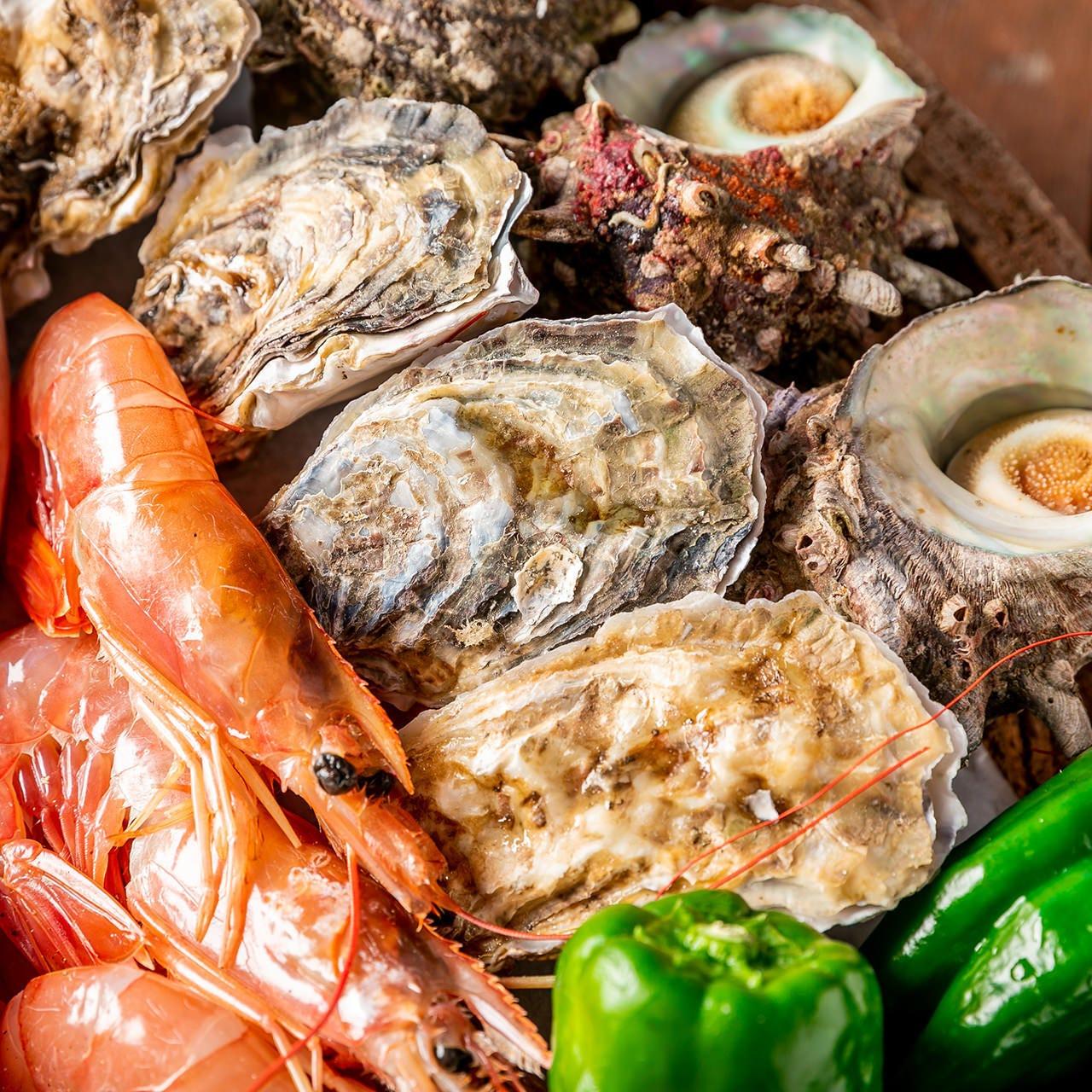 産地にこだわった殻付きホタテや牡蠣などの新鮮魚介をどうぞ