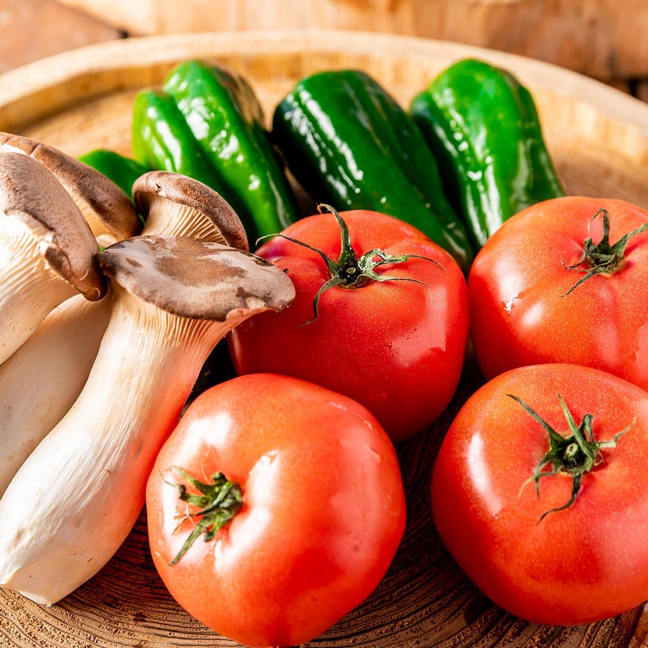 トマトやピーマン、エリンギなど野菜をまるごとグリルでどうぞ