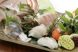 能登富来港より毎日水揚げされてくる新鮮魚介を盛り込みます。