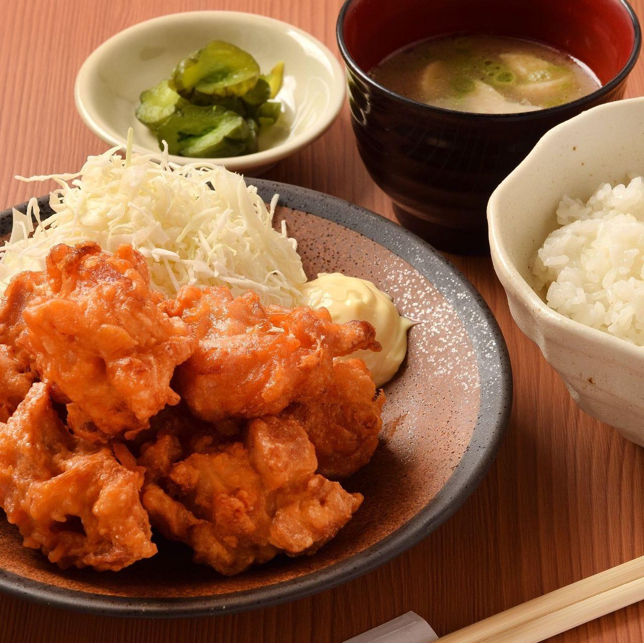 やっぱり定番!『若鶏の唐揚げ定食』はボリューム満点!