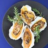 石油王ロックフェラーの異名を持つ料理。広島県産牡蠣にオランデーズソース、香草パン粉をのせてオーブンで焼き上げました。絶対に食べて欲しい1品に仕上げました。