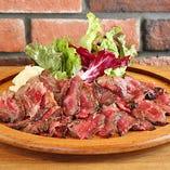 熟成肉の炭火焼き。炭火で焼き、肉の旨みを引き出しています。