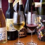 ソムリエの資格を持つスタッフが厳選したワインの数々。