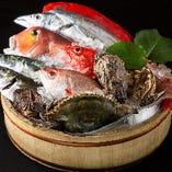 新鮮魚介を毎日仕入れております。刺盛りはもちろん、握りも承っております。