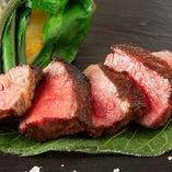 特注のセラーでドライエイジングされた旨味たっぷりのお肉を堪能