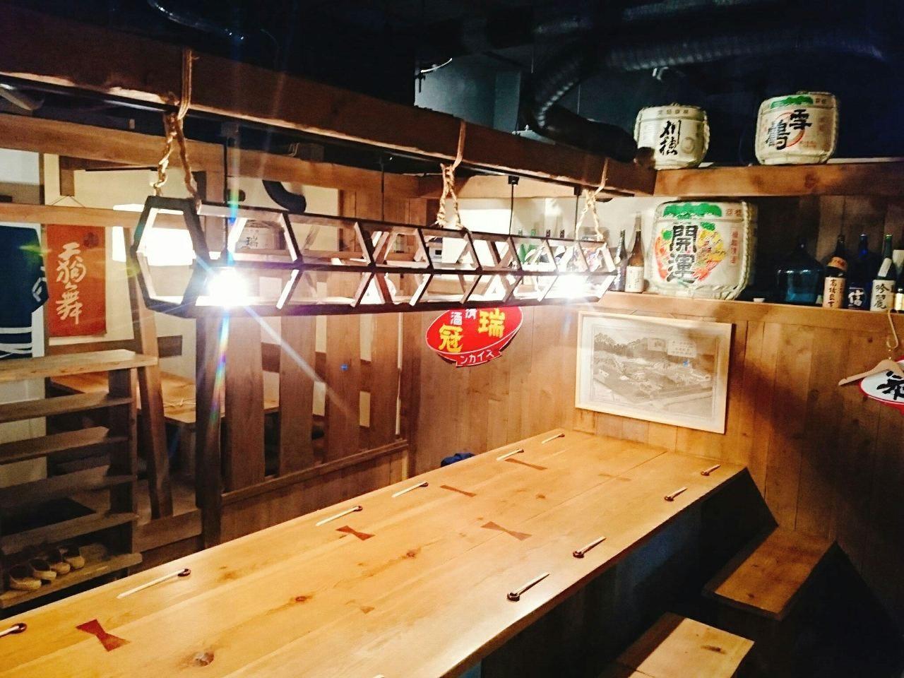 木目調で統一された明るい空間の店内