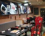 2階店内 大小のテーブル席。大モニターで野球観戦を!