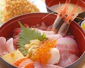 フライが付いた新鮮魚介の丼ぶり