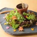 季節のあしらいを施した、関特製新鮮野菜のサラダ