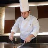 目の前で繰り広げられる、ライブ感満載の調理シーンも魅力