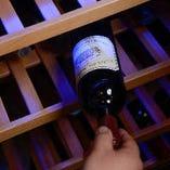 世界各国から取り揃えたワインは赤、白、泡と多彩