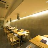 間接照明の柔らかな光が空間を灯す1Fテーブル席も人気のお席