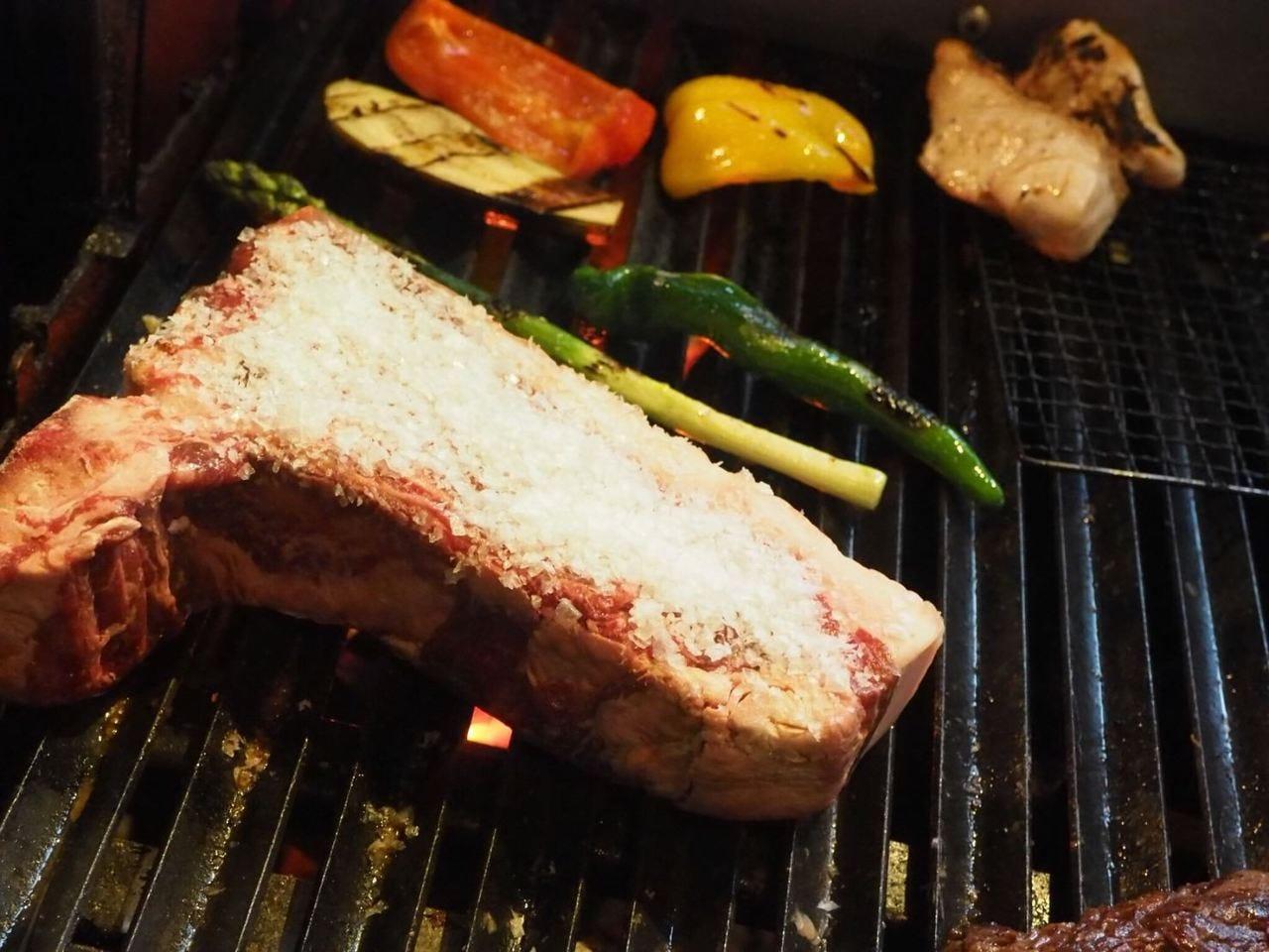 季節の食材を炭火焼きで。