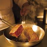 熊本県の伝統和牛「あか牛」を塊で焼き上げる『あか牛の旨塩焼き』