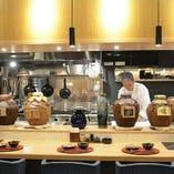 【職人技をご堪能】オープンキッチンで楽しむ広々カウンター席