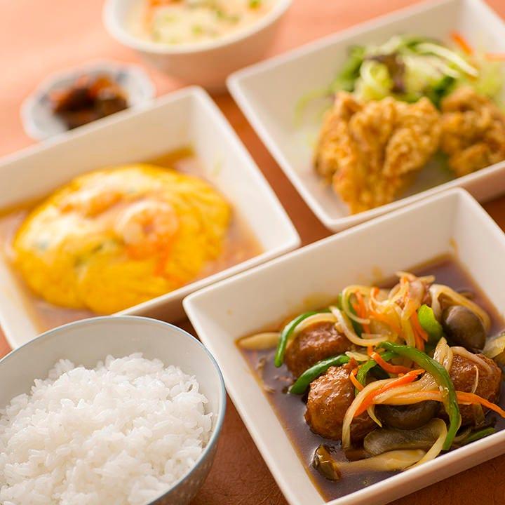 ご飯付の定食も、種類豊富な単品も、昼夜問わずご注文OK!