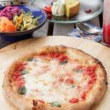お好きな『ピザ』又は『ドリア』が選べる『ランチセット』は、サラダ・スープ・ドルチェ・ドリンクが付いて1,800円(税抜)~!新鮮魚介の旨味が詰まった『ペスカトーレ』、チーズ好きにピッタリの『クアトロフォルマッジ』、ジューシーな挽肉とチーズが絡み合う濃厚な『ミートドリア』など、種類豊富に取り揃えています。