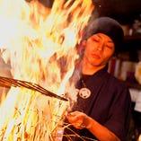大きな火柱を上げて焼き上げる圧巻の「藁焼き」カウンター