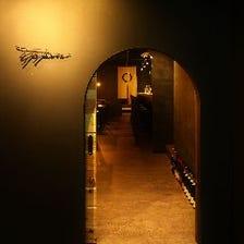 小さな入り口をくぐると隠れ家空間