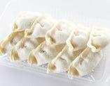 【お得!】冷凍生餃子 国内の自社工場で「安心・安全」をモットーに作られた餃子は、解凍せずにすぐ焼けます! 夕食の支度をする時間がない時など、是非ご利用ください。