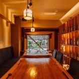 一枚板テーブルの贅沢個室も!最大10名様迄ご利用いただけます。