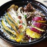 「秋のおススメ」秋野菜と牛ハラミのアヒージョ