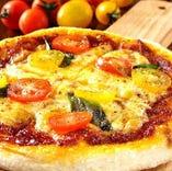【もちもち!自家製トマトピッツァ】女子に大人気の一品!全て手作り!生地はもちもち、ソースも自家製。種類も4種あって迷わせてしまうかもしれません。。ひとりで食べるも良し、みんなでシェアするも良し♪