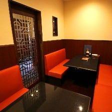 赤と黒の高級感溢れる完全個室