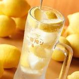 キンキンに冷えた、生レモンがたっぷり入った極上レモンサワー