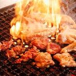 じっくりと旨味を凝縮させて炭火で焼き上げる自慢の鶏料理