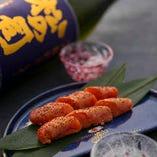 ほどよい塩気が日本酒によく合う『ちょっと炙った明太子』など、日本酒に合うことを前提に開発したメニューの数々。