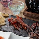 エイヒレ、鮭とば、ホタルイカ素干しを盛り合わせた人気のアテ