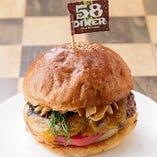 【自家製◎】 生地から毎日手作りする看板料理のハンバーガー