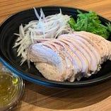 丹波鶏ムネ肉の自家製ハム オニオンサラダ添え
