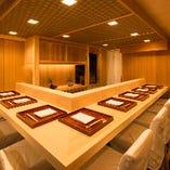 吉野檜で造られたカウンター席