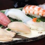 カウンターで気軽に職人の寿司をたのしめます