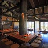 石垣伝統の琉球瓦 300年生の吉野杉を使用した店内