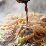 焼きそば 870円~ コシが強い太めの「生麺」。
