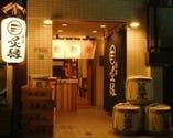 提灯と酒樽と大きな暖簾が目印!