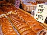 ランチで並ぶ自家製パン数十種類がバイキングです◎