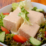 風味豊か!お豆腐と胡麻ドレッシングの美味しい組み合わせ「豆腐胡麻ドレサラダ」