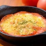 トマトとチーズの相性は抜群!あつあつでどうぞ「トマトチーズ焼き」