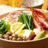 有頭海老が入った豪華な「トムヤムクン鍋」
