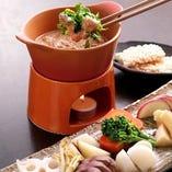 竹の庵オリジナルの【季節野菜の和風バーニャカウダ】は、アンチョビの替りに酒盗(鰹の内臓の塩辛)を使用し、とっても和酒等にも合うようにできてます。調理方法は企業秘密ですが、他では味わえないバーニャカウダが食べられます!