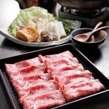 すきやき鍋は褐色和種や短角和牛等、希少種の赤身肉の旨いヘルシーな牛肉を使用します。