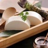 【手作り寄せ豆富】は竹の庵の基本メニュー!濃厚でクリーミーな味わいを壊さぬように、奄美珊瑚塩でお召し上がりください。