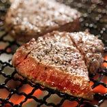 黒毛和牛の炭火焼ステーキはA5ランクの肩ロースを主に使用してます。プラチナコースでも食べられます。