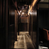 照明が格子の扉で柔らかい光になります。