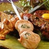 近隣の県から取り寄せることにより、新鮮さを重視!【甲州赤鶏】はジューシーでコクと歯ごたえの良い、良質の鶏肉です。炭火焼の鉄串焼きでお召し上がりくださいませ!